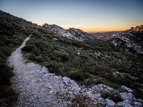 Randonnée au coucher du soleil dans les Alpilles by arsamie