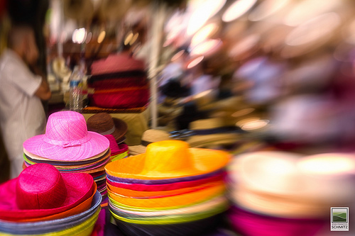 Chapeaux de couleur sur le marché provençal par JF Schmitz