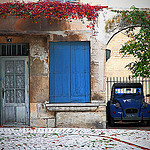 Bleu provence : volet et deux chevaux par Boccalupo - St. Rémy de Provence 13210 Bouches-du-Rhône Provence France