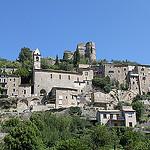 Arrivée aux pieds du village de Montbrun-les-Bains par gab113 - Montbrun les Bains 26570 Drôme Provence France