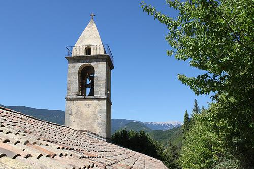 Vue sur le sommet du Ventoux depuis Montbrun et son église by gab113