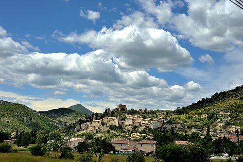Montbrun les Bains et son château qui domine le village par roterrenner