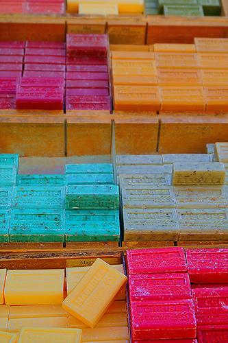 Les savons de Provence tout en couleurs par Gilles Poyet photographies