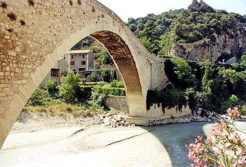 Au pied du pont roman de Nyons by alainmichot93