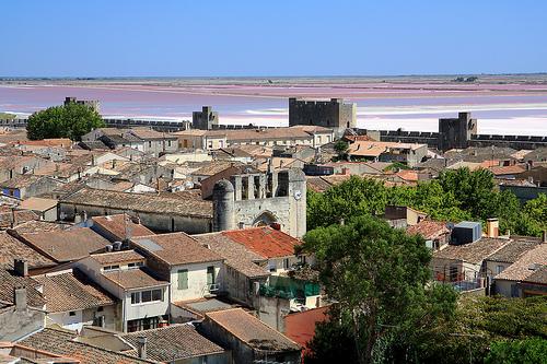 Aigues-Mortes, ses remparts, et l'étang de la ville by Aschaf