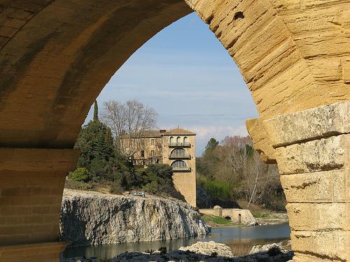 Sous une arche du Pont du Gard par mistinguette18