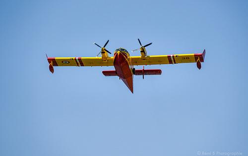 Canadair rouge et jaune dans le Gard by Rémi Avignon