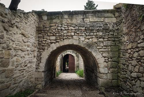 Passage voûté à Villeneuve par Rémi Avignon
