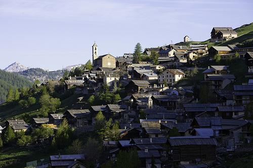 les étages de maisons adossées à la montagne par fabien thibault