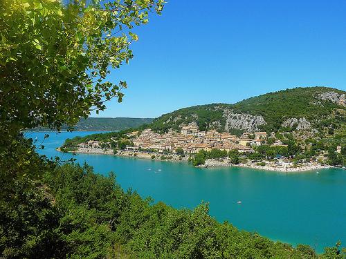 Le village de Bauduen sur le lac de Sainte-Croix. Provence. par nic( o )