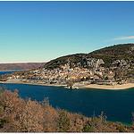 Vue sur le village de Bauduen de l'autre côté de la rive par nevada38 - Bauduen 83630 Var Provence France