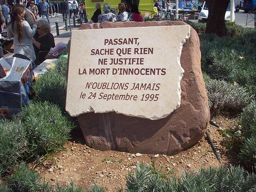 Stèle commémorative, Cuers, Var. Massacre d'une dizaine de personnes un dimanche matin, en pleine rue, par un jeune déséquilibré. par Only Tradition