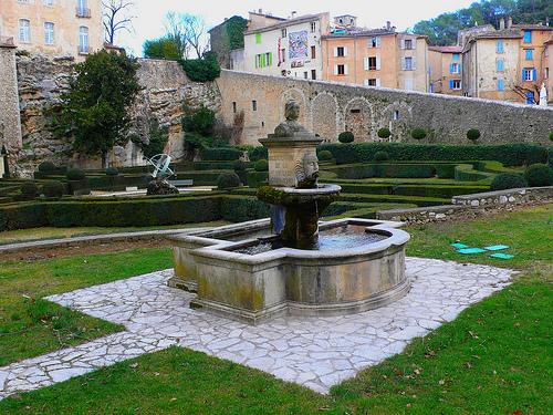 Ch teau d entrecasteaux fontaine et jardin la - Jardin a la francaise caracteristique ...