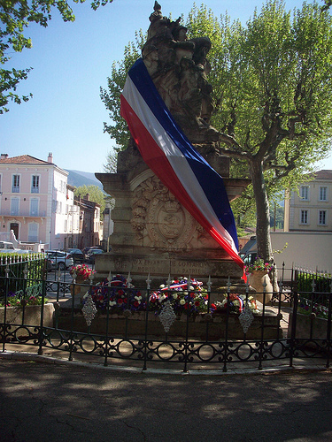 Journée de la Déportation. Monument aux morts, Gonfaron, Var. par Only Tradition