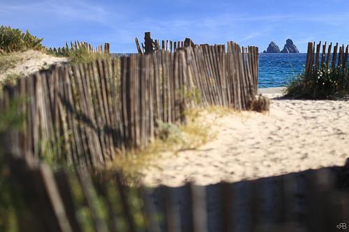 Les rochers des deux frères vue de la plage by Rodolphe Bonneau