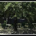 Chaises à l'ombre à l'Abbaye de Thoronet par  - Le Thoronet 83340 Var Provence France