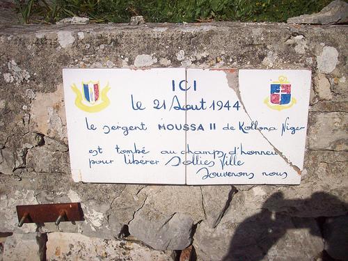Passant, ne l'oublie jamais. Stèle commémorative, Solliès-Ville, Var. par Only Tradition