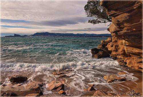 Mer agitée sur la plage de Saint Cyr sur Mer by Charlottess