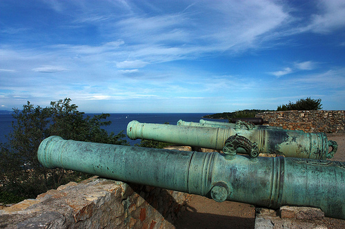 Keeping an eye to the sea from the citadel of St-Tropez par Sokleine