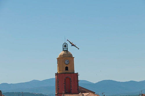 le Clocher de Saint-Tropez et un canadair par PUIGSERVER JEAN PIERRE