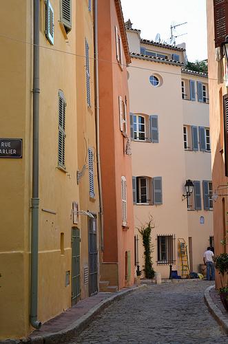 Ruelle pavée toute rose de St-Tropez. par Budogirl73