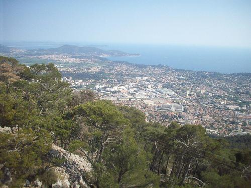 Vue sur Toulon, jusqu'aux îles d'Hyères. depuis le Mont Faron by Only Tradition