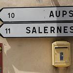 Boîte aux lettres et panneaux de direction par Elisabeth85 - Tourtour 83690 Var Provence France
