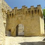 Une des portes d'entrée du Château d'Ansouis par tautaudu02 - Ansouis 84240 Vaucluse Provence France