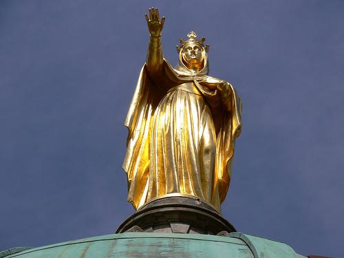Statue dorée en haut de la Cathédrale Sainte-Anne d'Apt par Jean NICOLET