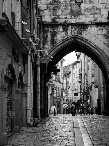 Apt - rue des marchands au pied de la tour de l'horloge par rbrands