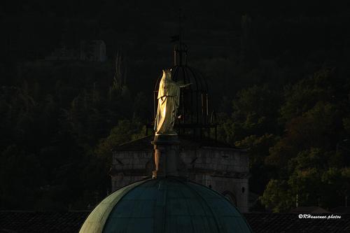 Dôme de la cathédrale St Anne et beffroi à Apt par Rhansenne.photos