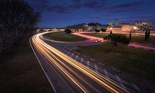 Sous le pont d'Avignon.... il en passe des voitures... par DBPhotographe