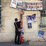 Festival d'Avignon : on accroche les affiches dans toute la ville by gab113 - Avignon 84000 Vaucluse Provence France
