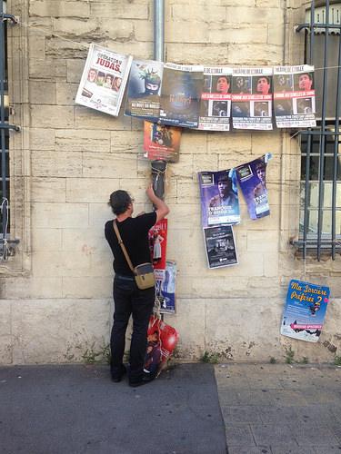Festival d'Avignon : on accroche les affiches dans toute la ville par gab113