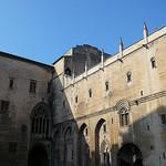 Vaucluse - Avignon - Le palais des papes - La cour d'honneur par Vaxjo - Avignon 84000 Vaucluse Provence France