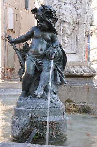 Statuette d'une fontaine dans Avignon by Laurent2Couesbouc