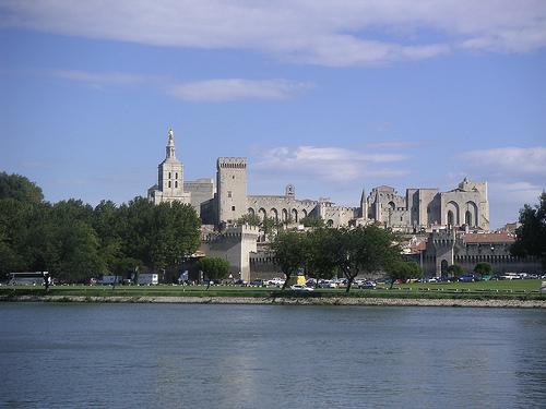 Avignon vue depuis l'autre rive : Notre Dame des Doms et Le Palais des Papes by Hélène_D