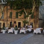 Restaurant en face du Palais des Papes, Avignon par Huiling Chang - Avignon 84000 Vaucluse Provence France