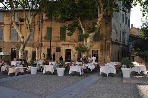 Restaurant en face du Palais des Papes, Avignon par Huiling Chang