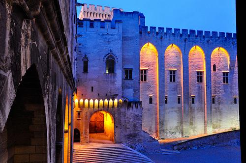 Palais des Papes éclairé, Avignon, France par Laurent2Couesbouc