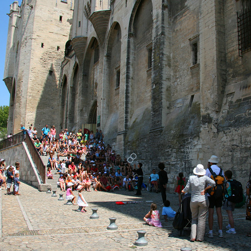 Festival d'Avignon au pied du palais des Papes by CouleurLavande.com