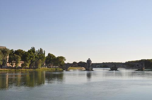 Le Pont d'Avignon posé sur le Rhône by Joël Galeran