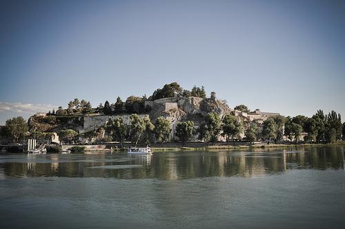 Le Rocher des doms à Avignon vu du Rhône by Joël Galeran