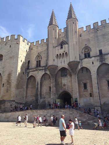 Entrée du Palais des Papes et ses tourelles by gab113