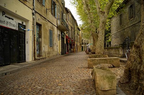 Dans les rues calmes d'Avignon by Karschti