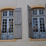 Les fenêtres, rue Gérard Philippe, Avingon, Vaucluse, Provence, France. par  - Avignon 84000 Vaucluse Provence France