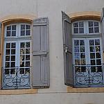 Les fenêtres, rue Gérard Philippe, Avingon, Vaucluse, Provence, France. by byb64 - Avignon 84000 Vaucluse Provence France