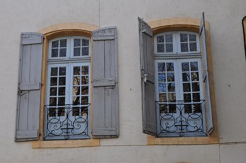 Les fenêtres, rue Gérard Philippe, Avingon, Vaucluse, Provence, France. by byb64