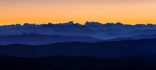 La dentelles du relief des alpes depuis le Mt Ventoux. by DBPhotographe