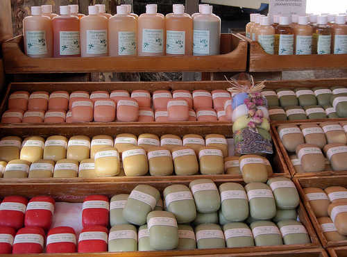 Natural soaps and shampoos - bédoin market by Sokleine